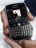 <p>Un modello di BlackBerry. REUTERS/Mike Cassese</p>