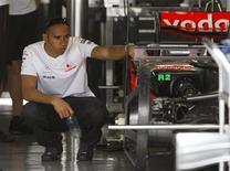 <p>Pilloto da McLaren Lewis Hamilton observa o carro no pit do circuito de Fuji, no Japão, nesta quinta-feira. REUTERS/Toru Hanai</p>