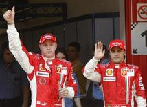 <p>I due piloti Ferrari di F1: il finlandese Kimi Raikkonen (a sinistra) e il brasiliano Felipe Massa. REUTERS/Albert Gea</p>