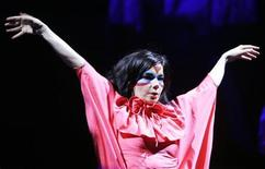 <p>Icelandic singer Bjork performs during the 32nd Paleo Music Festival in Nyon July 25, 2007. REUTERS/Denis Balibouse</p>