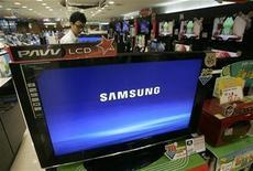 """<p>Foto de archivo de un empleado de Samsung Electronics revisando un televisor LCD en una tienda de artículos electrónicos en Seúl, 25 jul 2008. Samsung Electronics Co Ltd, el mayor fabricante mundial de pantallas de cristal líquido (LCD, por su sigla en inglés), anunció el martes que estaba """"ajustando"""" su producción debido a la floja demanda de televisores y monitores. REUTERS/Jo Yong-Hak</p>"""