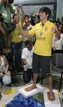 <p>O jogador Kaká é homenageado no Maracanã. Aos 26 anos, o meia Kaká tornou-se o jogador mais jovem a ter seus pés eternizados na calçada da fama do Maracanã. 14 de outubro.REUTERS/Bruno Domingos (BRAZIL)</p>