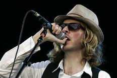 <p>U.S. musician Beck performs on stage during a concert at the Rock-en-Seine Festival in Saint-Cloud, near Paris, August 26, 2006. REUTERS/Benoit Tessier</p>