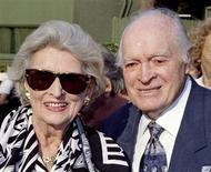 <p>Foto de arquivo de Bob Hope (dir) e sua esposa Dolores em Los Angeles em 1996. Objetos acumulados pelo artista Bob Hope ao longo de sua longa vida foram leiloados por 601 mil dólares no fim de semana, disseram organizadores na segunda-feira. Os maiores lances foram para objetos relativos ao golfe e para fotos de Hope com amigos ilustres. REUTERS/Fred Prouser/Files</p>