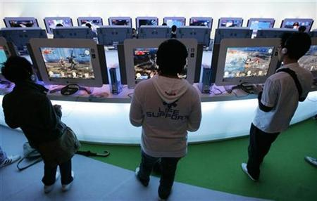 Visitors try out new software for Microsoft's video game console Xbox 360 at the Tokyo Game Show 2008 in Chiba, east of Tokyo, October 11, 2008. REUTERS/Yuriko Nakao