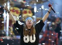 """<p>Axel Rose, do """"Guns and Roses"""", faz sinal ao público durante o MTV Video Music Awards de 2002, em Nova York. A banda de rock Guns N' Roses, com apenas um de seus membros originais, vai lançar em 23 de novembro seu primeiro álbum com músicas novas após mais de 17 anos, anunciou o selo do grupo. REUTERS/Gary Hershorn (Newscom TagID: rtrphotos725922) [Photo via Newscom]</p>"""