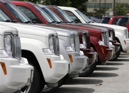A row of Chrysler Jeep Commander SUVs aat a dealership in Silver Spring, Maryland, July 1, 2008. REUTERS/Yuri Gripas