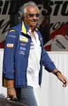<p>O diretor da equipe Renault da Fórmula 1, Flavio Briatore, chega para treino do Grande Prêmio da França em 21 de junho. Briatore voltou atrás sobre o que havia dito e afirmou nesta quinta-feira que o líder do campeonato, o inglês Lewis Hamilton, da McLaren, aprendeu a lição com os erros cometidos no ano passado. REUTERS/Regis Duvignau</p>