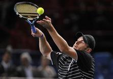 <p>Andy Roddick, dos Estados Unidos, saca a Feleciano Lopes, da Espanha, durante partida em Paris. Andy Roddick e Juan Martin Del Potro passaram sem dificuldades na terça-feira à terceira rodada do Masters de Paris. REUTERS/Jacky Naegelen (FRANCE)</p>