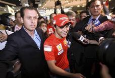 <p>O piloto Felipe Massa, da Ferrari, no salão do automóvel em São Paulo. A torcida no circuito de Interlagos e em todo o Brasil espera que Felipe Massa consiga de alguma forma bater as probabilidades e, na pista onde cresceu para o esporte, possa ser coroado o primeiro piloto do país campeão da Fórmula 1 desde o terceiro título de Ayrton Senna, em 1991. 29 de outubro.REUTERS/Rodrigo Paiva</p>