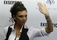 <p>Victoria Beckham waves after posing for photographers during a presentation of her clothes collection at a store in downtown Madrid October 16, 2008. REUTERS/Andrea Comas</p>