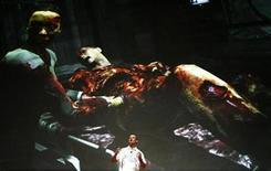 """<p>Glen Schofield de EA Redwood Shores habla en una presentación para el juego """"Dead Space"""" en una conferencia de prensa de Electronic Arts en la cumbre E3 Media & Business 2008 en Los Angeles 14 jul 2008. Electronic Arts ha lanzado una nueva historia de horror espacial """"Dead Space"""" para la Xbox 360, PlayStation 3 y PC. Situado a bordo de una nave espacial abandonada y minada, la USG Ishimura, los jugadores deben usar un arsenal de armas para tratar de destruir al horrible alien Necromorphs que ha matado a la tripulación. REUTERS/Mario Anzuoni (EEUU)</p>"""