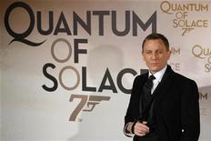 """<p>El actor Daniel Craig en el estreno de """"Quantum of Solace"""" en París 30 oct 2008. James Bond obtuvo fácilmente el primer lugar de las taquillas internacionales el fin de semana, a pesar de que el episodio número 22 de la franquicia del espía 007 debutó en apenas tres mercados. """"Quantum of Solace"""" generó 38,6 millones de dólares, de los cuales 25,3 millones fueron registrado en Gran Bretaña, marcando un estreno record para cualquier filme en el territorio. REUTERS/Benoit Tessier (FRANCIA)</p>"""