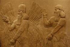 <p>Foto de archivo de un mural asirio exhibido en el museo nacional iraquí en Bagdad, 24 sep 2008. Irak ha solicitado nuevamente a Teherán que le ayude a recuperar algunos de los miles de antiguos tesoros sacados ilegalmente de su territorio desde el 2003, que pudieron haber ido a parar a la vecina Irán, dijo el lunes un funcionario iraquí. REUTERS/Ceerwan Aziz</p>