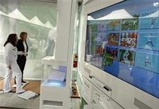 <p>Essai du jeu Wii Fit de Nintendo. Selon une étude de Verdict Research, les ventes de jeux vidéo pourraient dépasser celles de la musique et de la vidéo pour la première fois cette année au Royaume-Uni, grâce notamment aux innovations comme la Wii. /Photo prise le 19 mai 2008/REUTERS/Shannon Stapleton</p>