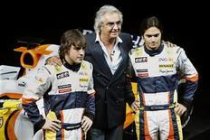 <p>Fernando Alonso e Nelsinho Piquet continuarão como os pilotos da Renault para a próxima temporada, com o espanhol tendo renovado seu contrato por mais dois anos, anunciou a equipe de Fórmula 1 nesta quarta-feira. REUTERS/Charles Platiau</p>