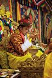 <p>El nuevo rey de Bután, Khesar, recibe la joya del cumplimiento durante su coronación en Thimphu, 6 nov 2008. De tradición medieval y espíritu budista, un joven de 28 años educado en Oxford asumió la corona de Bután el jueves, para dirigir la democracia más nueva del mundo en su adaptación al mundo moderno. REUTERS/Royal Government of Bhutan/Handout</p>