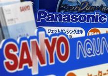 <p>L'électronicien japonais Panasonic a annoncé son intention de transformer son compatriote Sanyo Electric en filiale et a convenu d'engager avec lui des discussions dans ce but. Le rapprochement donnerait naissance au nouveau numéro un japonais de l'électronique. /Photo prise le 4 novembre 2008/REUTERS/Toru Hanai</p>