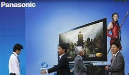 <p>Pessoas passam por painel com propaganda da Panasonic. A Panasonic anunciou nesta sexta-feira que vai adquirir a rival de menor porte Sanyo, criando a maior fabricante de eletrônicos do Japão. O acordo prenuncia uma consolidação futura de um setor atingido pela desaceleração de demanda dos consumidores. REUTERS/Kim Kyung-Hoon (JAPAN) (Newscom TagID: rtrphotosthree776168) [Photo via Newscom]</p>