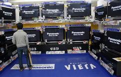 <p>Un uomo guarda le tv al plasma Panasonic in un negozio di Tokyo. REUTERS/Kim Kyung-Hoon (JAPAN)</p>