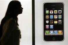 <p>Si les ventes au consommateur du nouveau combiné iPhone d'Apple atteignent des sommets, elles semblent faire un début timide mais néanmoins prometteur dans le marché très convoité des entreprises aux Etats-Unis, actuelle chasse gardée du terminal BlackBerry de Research in Motion. /Photo prise le 11 juillet 2008/REUTERS/Christian Hartmann</p>