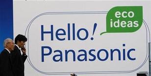 <p>Foto de archivo de un aviso de una tienda de Panasonic a la salida de una tienda de electrónica en Tokio, 4 nov 2008. Panasonic Corp. anunció el viernes que adquirirá a su rival menor Sanyo Electric Co, con lo que creará al mayor fabricante de electrónica de Japón y dará un puntapié a una mayor consolidación de una industria golpeada por la desaceleración en la demanda de consumo. REUTERS/Kim Kyung-Hoon</p>