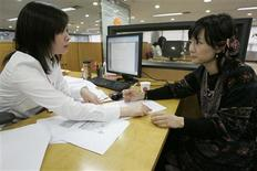 <p>Yang Young-ju (R), a university student, listens to a counsellor in a consultation room at education consulting agency Uhak.com in Seoul November 7, 2008. REUTERS/Jo Yong-Hak</p>