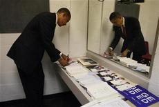 """<p>Imagen de archivo en que Barack Obama firma copias de su libro """"The Audacity of Hope"""" en un evento de campaña en Pittsburgh 27 oct 2008. La victoria de Barack Obama en las elecciones presidenciales de Estados Unidos desató un aumento de la demanda -y el valor- de sus dos libros, incluso antes de que se haya mudado a la Casa Blanca, según sitios de ventas de libros por internet. REUTERS/Jason Reed (EEUU)</p>"""
