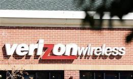 <p>L'insegna di un negozio Verizon Wireless. REUTERS/Rick Wilking</p>