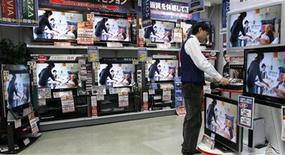<p>Foto de archivo de televisores de cristal líquido en una tienda de artículos electrónicos en Tokio, 21 dic 2007. El Departamento de Justicia de Estados Unidos dijo el miércoles que LG Display, Sharp y Chunghwa acordaron declararse culpables en un caso de fijación de precios de pantallas de cristal líquido o LCD. REUTERS/Toru Hanai</p>