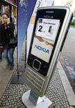 <p>Un cartellone di un telefono cellulare Nokia a Berlino. REUTERS/Fabrizio Bensch (GERMANY)</p>
