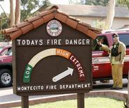 <p>Placa sinaliza perigo de fogo. Um incêndio propagado pelo vento já feriu pelo menos 13 pessoas e atingiu mais de cem casas, muitas de luxo, no balneário de Montecito, sul da Califórnia, muito frequentado por celebridades, disseram autoridades na sexta-feira. REUTERS/Danny Moloshok</p>