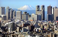 <p>Japan's Mt Fuji, covered with snow, is seen through Shinjuku skyscrapers in Tokyo January 8, 2006. REUTERS/Kimimasa Mayama</p>