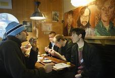 <p>Alcuni ragazzi in un coffeeshop. REUTERS/Michael Kooren NS</p>