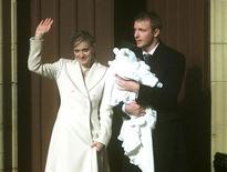 <p>Foto de arquivo de Maddona e o diretor Guy Ritchie, em dezembro de 2000. REUTERS/Jeff Mitchell</p>