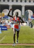 <p>Immagine d'archivio del keniano Duncan Kibet alla maratona di Vienna, lo scorso aprile. REUTERS/Robert Zolles (AUSTRIA)</p>