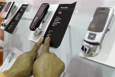 """<p>La baisse des ventes mondiales de téléphones portables devraient se situer """"dans la partie basse sous les 10%"""" en 2009 par rapport à cette année en raison des effets du ralentissement économique sur la demande des consommateurs, rapporte le cabinet d'études Gartner. /Photo prise le 17 septembre 2008/REUTERS/Antony Njuguna</p>"""