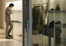 <p>An employee of a luxury brand works at a store in Tokyo's Ginza district, October 31, 2008. REUTERS/Yuriko Nakao</p>