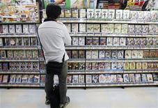 <p>A man looks at video games at a shop in Tokyo's Akihabara district June 9, 2008. REUTERS/Yuriko Nakao</p>