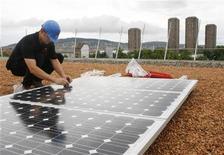 <p>Un lavoratore installa delle celle solari. REUTERS/Siggi Bucher (SWITZERLAND)</p>