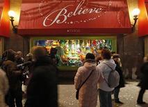 """<p>Люди смотрят на рождественскую витрину """"Macy"""" в Нью-Йорке, 24 ноября 2008 года Финансовый кризис негативно отражается на кошельках американцев, зато положительно влияет на развитие их творческих способностей, заставляя придумывать оригинальные и более экономичные варианты подарков близким к предстоящим праздникам. REUTERS/Chip East (UNITED STATES)</p>"""