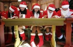 """<p>Des salariés d'un parc d'attractions sud-coréen, Everland, sont invités à suivre des ateliers pour perfectionner leur technique de père Noël. Au menu: chant, patin à glace, chorégraphies particulières, mais aussi des cours pour apprendre à claironner un """"Joyeux Noël"""" plein d'entrain. /Photo d'archives/REUTERS/Han Jae-Ho</p>"""