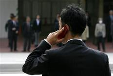 <p>Un uomo parla al cellulare. REUTERS/Stringer</p>