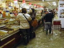 <p>Grandes setores de Veneza foram inundados na segunda-feira, com chuvas e ventos fortes, e o mar atingiu seu nível mais alto em 22 anos. REUTERS/Michele Crosera</p>