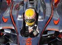<p>O piloto Lewis Hamilton, da McLaren, nos boxes durante sessão de treinos em Silverstone, na Inglaterra. A McLaren vai apresentar seu novo carro para a temporada 2009 da Fórmula 1 no dia 16 de janeiro, em suas instalações em Woking, na Inglaterra, informou um porta-voz da equipe britânica. 5 de julho de 2008.REUTERS/ Eddie Keogh (BRITAIN)</p>