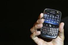 <p>A new Blackberry Bold handset is seen during its launch in Mumbai September 18, 2008. REUTERS/Punit Paranjpe</p>