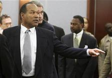 <p>O.J. Simpson points in the courtroom before hearing a verdict of guilty on all counts following his trial at the Clark County Regional Justice Center in Las Vegas October 3, 2008. REUTERS/Steve Marcus/Pool</p>