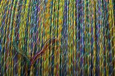 <p>Nexans et Sumitomo Electric Industries Ltd. s'allient sur le marché en croissance des fibres optiques pour réseaux terrestres en Europe. /Photo d'archives/REUTERS/Victor Fraile</p>