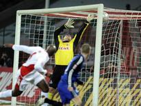 <p>Petric, do Hamburgo, marca gol contra Mondragon, do Colônia</p>