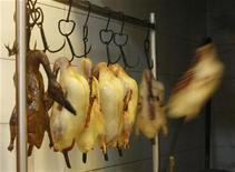 <p>Roast duck is prepared at Quanjude restaurant in Beijing August 4, 2008. REUTERS/Eric Gaillard</p>